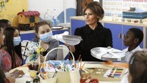 Los gestos hacia su marido hacen protagonista a Melania Trump