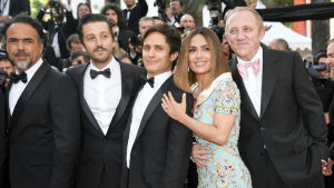 ¡Salma Hayek, Diego Luna y Gael García cantan con mariachi en Cannes!