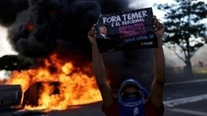 Policías y manifestantes se enfrentan en Congreso de Brasil