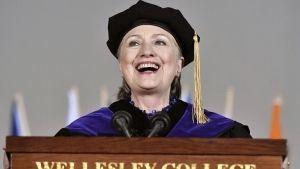 Hillary Clinton recuerda caída de Nixon, en alusión a Trump