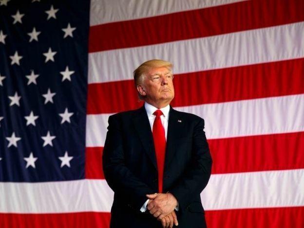 Trump arremete de nuevo contra medios y los acusa de fabricar noticias