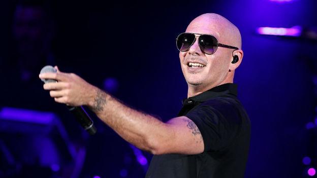 ¡Le llovió de todo! Se burlan de Pitbull por polémica foto