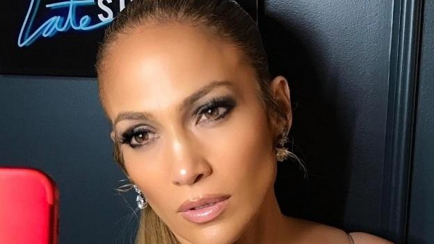 Jennifer Lopez canta en cómico video y luce... ¡Irreconocible!