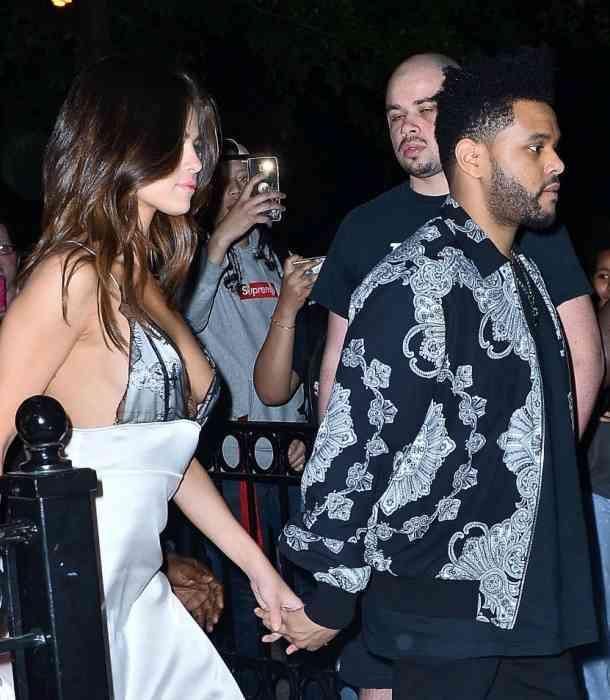 A Selena Gomez casi la traiciona su atuendo