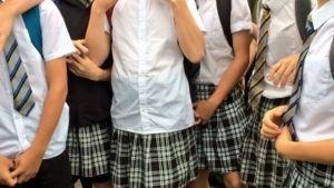 Los niños británicos van con falda a la escuela por el intenso calor