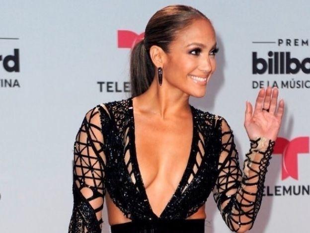 Jennifer Lopez muestra sus sensuales abdominales...¡y la acusan de usar Photoshop!