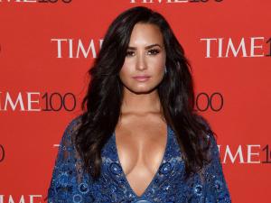 ¡Lo hace de nuevo! Demi Lovato presume atributos con escote de infarto
