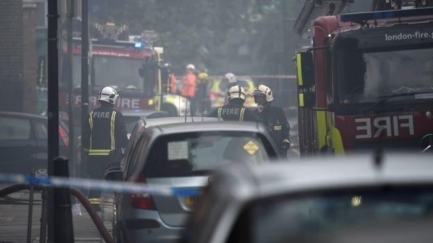 Al menos 70 bomberos combaten incendio en edificio de Londres