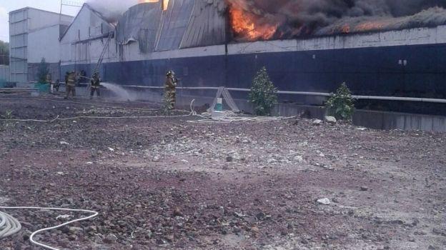 Mil personas desalojadas por incendio en Iztacalco
