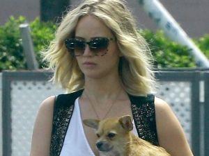 ¡Qué grosera! Jennifer Lawrence insultó a paparazzi... ¡que tocó a su perro!