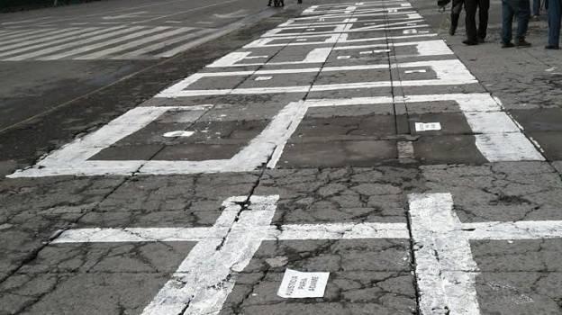 Reporteros protestan con un '#SOS PRENSA' en el Zócalo de la CDMX