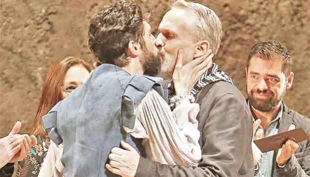 ¡Tremendo momento! Miguel Bosé y Benny Ibarra se besan en la boca