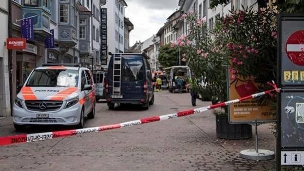 Hombre ataca con motosierra a civiles en la Suiza