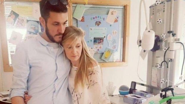 Padres del bebé Charlie Gard aceptan que muera en hospicio