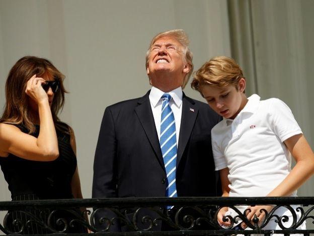 Trump observó el eclipse sin lentes e inundó la red