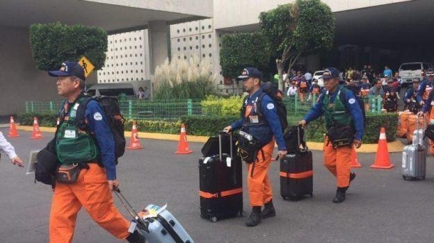 Rescatistas japoneses son recibidos con aplausos