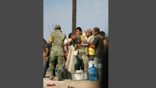 Profesor agradece a soldado rescatar restos de esposa e hija tras sismo