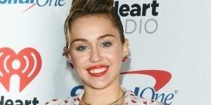 ¡Captan a Miley Cyrus en sexy bikini junto a Liam Hemsworth!