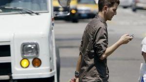 Proponen 'Torito' para el que cruce la calle mirando su celular