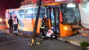 Camión urbano provoca choque y apagón en Monterrey; hay 15 lesionados
