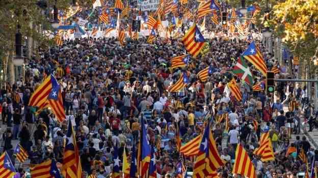 Autoridades y miles de catalanes se manifiestan contra Gobierno español