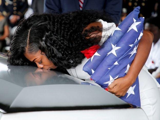Viuda de soldado dice que Trump no recordó el nombre de su esposo