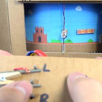 A falta de videojuegos... ¡arman un 'Mario Bros' con cartón y papel!
