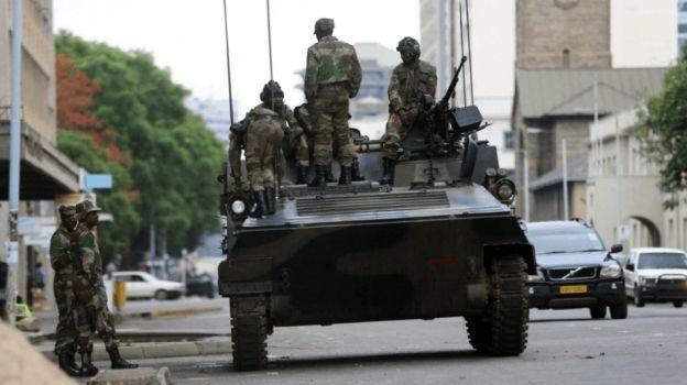 Mugabe se reúne con los altos mandos militares de Zimbabue