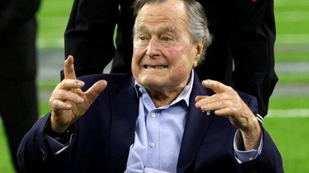 Otra mujer acusa a Bush padre de agarrar su trasero cuando era presidente