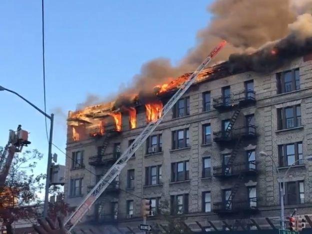 Incendio consume edificio de apartamentos en Nueva York