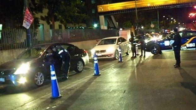 Conductor arrolla a policía en un alcoholímetro en Sullivan
