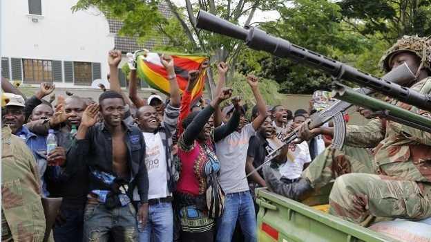 Soldados impiden a manifestantes llegar al palacio de Mugabe