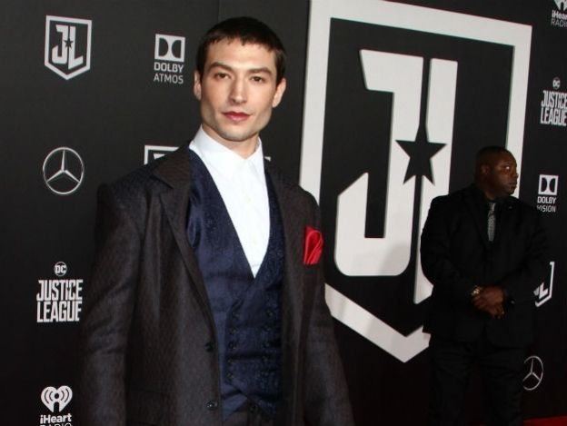 Ezra Miller, un chico queer rompiéndola como 'The Flash'