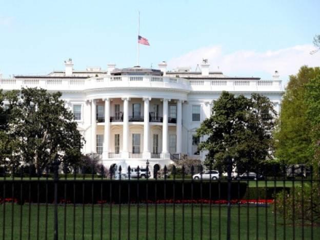 Detienen a hombre que intentó saltar la reja de la Casa Blanca