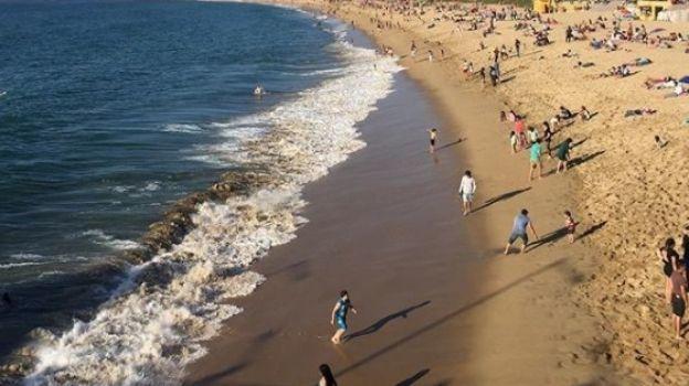 Lucen abarrotadas las playas de Acapulco en puente vacacional