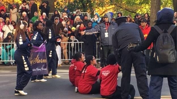 Migrantes mexicanos interrumpen desfile de Acción de Gracias en NY