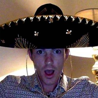 ¡Tienes que ver a Drake Bell cantando esta típica canción mexicana!