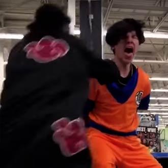 ¡Estos fans de 'Gokú' y 'Naruto' se volvieron locos y pelearon en una tienda!