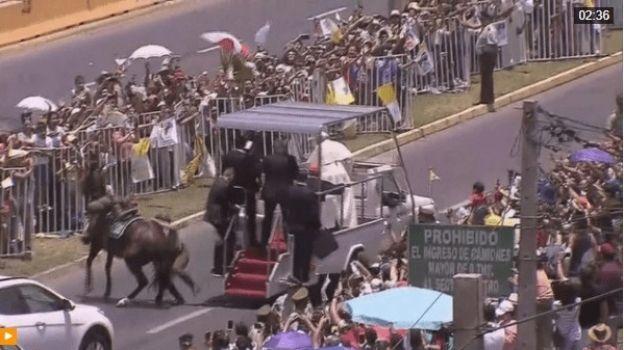 El papa baja del papamóvil para ayudar a policía
