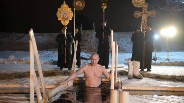 Putin se sumerge en agua helada durante ritual de la Epifanía ortodoxa