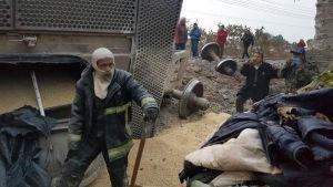 Rescatan a menor en vivienda sepultada tras descarrilamiento