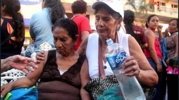 Mujeres sufren golpe de calor durante entrega del 'Salario Rosa' en Chiapas