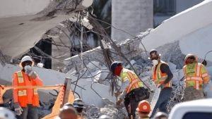 Intentan recuperar los cuerpos bajo el puente derrumbado