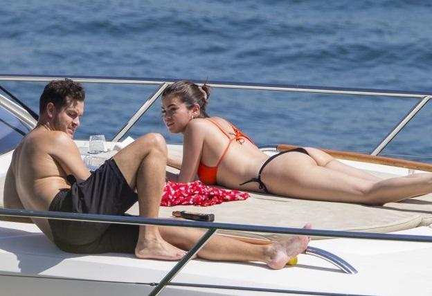 Selena y amigo